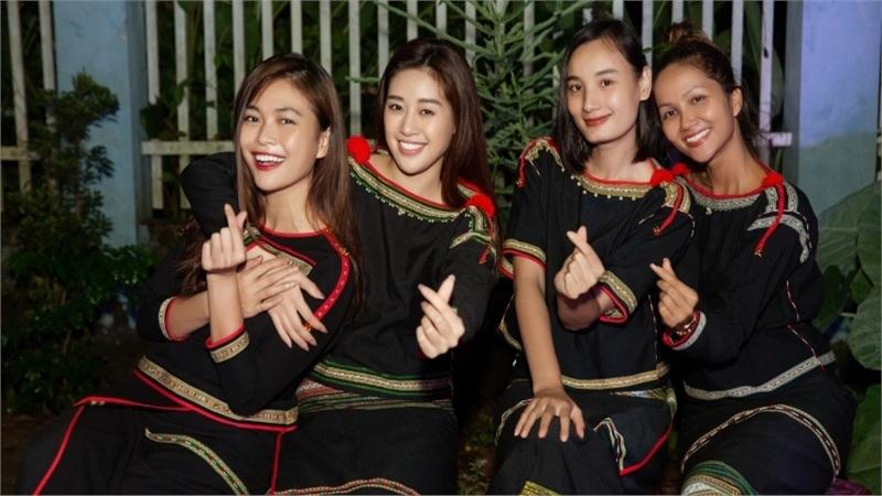 H'Hen Niê, Khánh Vân, Mâu Thủy, Lệ Hằng, Lê Thúy diện trang phục Êđê, tặng quà cho trẻ em buôn làng nhân mùa Trung Thu