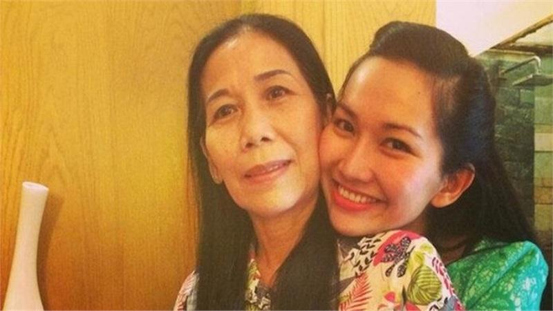 100 ngày mẹ mất vẫn chưa thể về Việt Nam, Kim Hiền xúc động chia sẻ khiến ai nấy đều không kiềm được nước mắt
