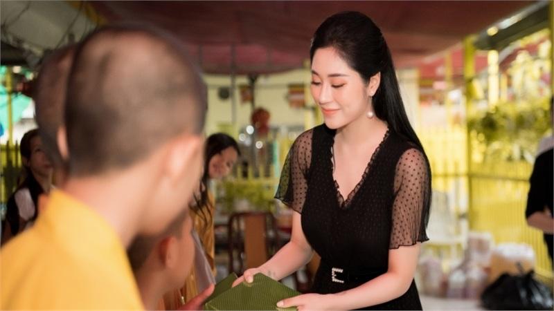 Hoa hậu Tô Diệp Hà tặng quà Trung thu cho trẻ em cơ nhỡ tại chùa Từ Hạnh