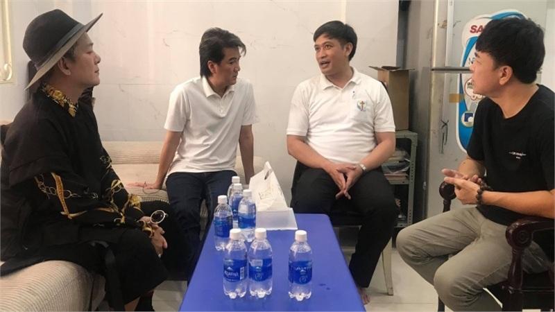 Đàm Vĩnh Hưng - Vũ Hà vượt nắng mưa, đi khắp Sài Gòn làm từ thiện