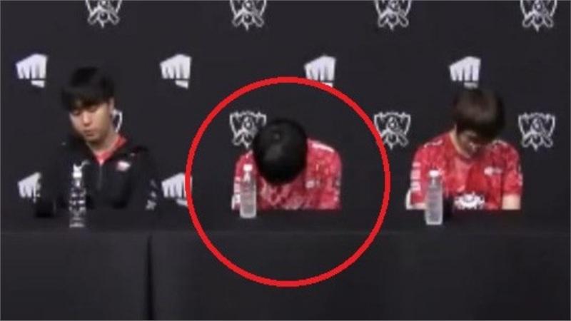 Bại tướng của SofM cúi gằm mặt vì xấu hổ trong phòng phỏng vấn, fan ca thán: Bỏ thủ tục thừa thãi này đi thôi!