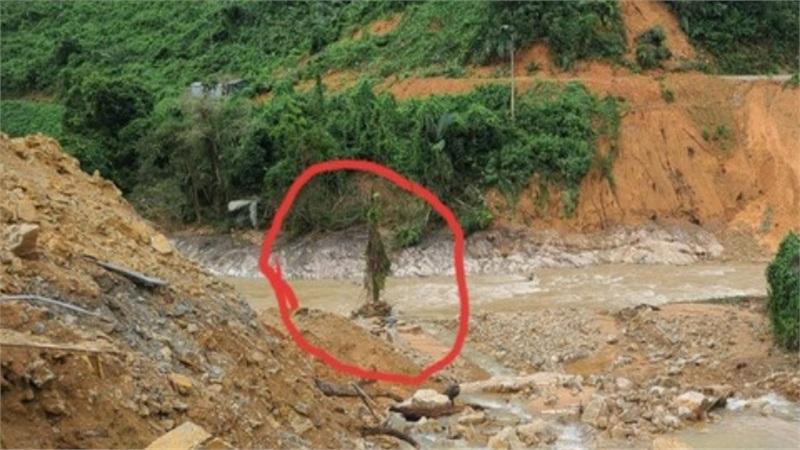 Thi thể thứ 2 tìm thấy tại Rào Trăng 3 nằm ở ngã ba suối, rất thương tâm