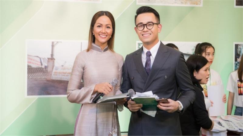 H'Hen Niê bị chê 'keo kiệt' khi từ thiện 50 triệu đồng, MC Đức Bảo lên tiếng bênh vực: 'Cô ấy xứng đáng được tôn trọng'