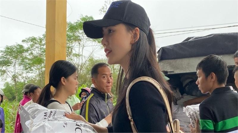 Siêu mẫu Quỳnh Hoa áp lực khi 'ôm' 300 triệu đồng đi cứu trợ miền Trung