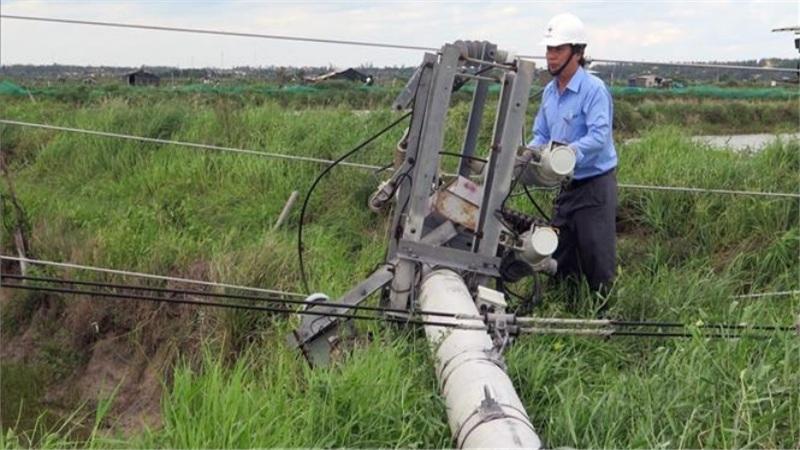 Ngành điện Phú Yên khắc phục hư hỏng để sớm cấp điện trở lại