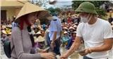 Ngày thứ 4 viện trợ miền Trung, Thủy Tiên - Công Vinh được lực lượng chức năng bảo vệ nghiêm ngặt