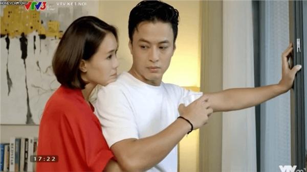 'Hướng dương ngược nắng': Lộ thêm cảnh Hồng Diễm mặc váy ngủ chủ động ôm Hồng Đăng, diễn như không diễn khiến fan 'rần rần'