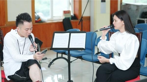 Tùng Dương say mê tập nhạc bên Ngọt, Hà Trần và Bùi Lan Hương