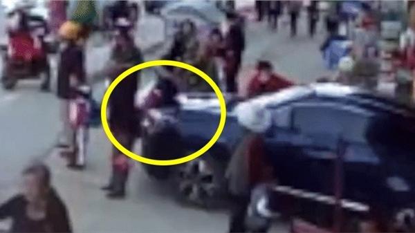 Rùng mình với khoảnh khắc giáo viên đạp nhầm chân ga xe ô tô, tông trúng người trước cổng trường khiến 2 học sinh thương vong
