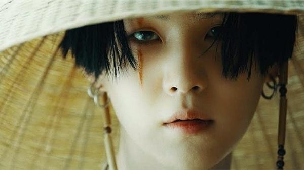 Agust D (Suga) là nghệ sĩ solo Hàn Quốc duy nhất lọt vào BXH album thế giới cuối năm của Billboard