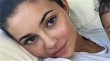 Bị chỉ trích vì cắt bỏ con gái ra khỏi khung hình, Kylie Jenner tiết lộ thông tin bất ngờ