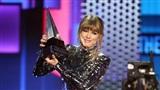 Taylor Swift mang rắn lên sân khấu, dành giải quan trọng nhất tại American Music Awards 2018