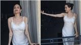 Angelina Jolie khoe mình hạc xương mai khi chụp hình trên ban công ở Paris