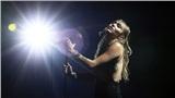 VMAs 2019: Miley Cyrus xúc động hát ca khúc thất tình hậu chia tay Liam, bạn gái Kaitlynn Carter chăm chú theo dõi