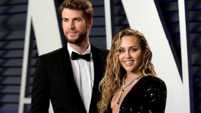 Trước khi Miley Cyrus thông báo ly hôn trên mạng, Liam Hemsworth chưa hề hay biết, còn đang cố hàn gắn tình cảm