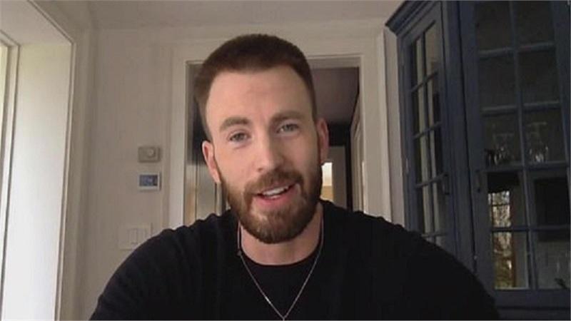 Chris Evans thừa nhận sự cố lộ ảnh nhạy cảm trên Instagram: 'Thật xấu hổ'