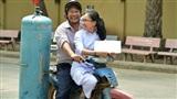Bức ảnh nữ sinh rạng rỡ ngồi trên xe bố chở gas đến trường dự lễ bế giảng gây chú ý