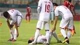 Anh Đức bị đau phải nằm vật ra sân sau nỗ lực đánh đầu ghi bàn