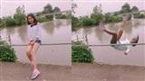 Sự thật bất ngờ về cô gái đang tươi cười chụp ảnh thì bất ngờ ngã nhào xuống sông