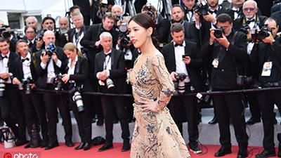 Quyết tâm chiếm trọn spotlight Cannes, loạt mỹ nhân Cbiz vô danh không ngại khoe ngực, làm lố trên thảm đỏ
