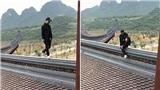 Đầu năm đi chùa, nam thanh niên trèo lên tận mái, 'tạo1001 kiểu dáng' để chụp ảnh sống ảo