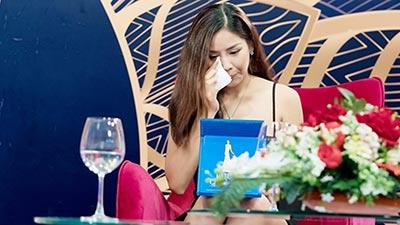 Hoa hậu biển Nguyễn Thị Loan khóc nức nở khi nhớ lại lần đã mắng em xối xả em trai