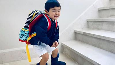Con trai Đan Trường thèm đi học đến mứcnằng nặc đòi mang cặp sách tới siêu thị