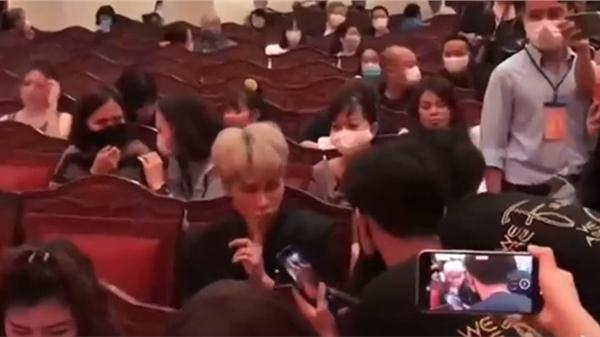 Clip: Jack ra dấu yêu cầu fan yên lặng để NS Hoài Linh trả lời phỏng vấn