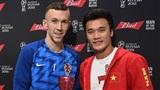 Bùi Tiến Dũng tươi rói trao giải, chụp ảnh cùng 'Cầu thủ hay nhất' trận Anh - Croatia