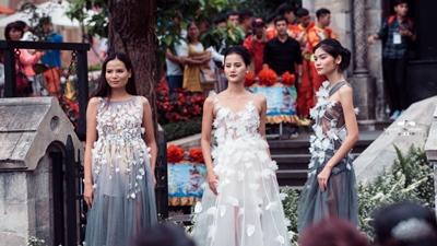 Kim Dung - Hương Ly - Tiêu Linh diện váy xuyên thấu gợi cảm làm vedette giữa 150 mẫu nhí