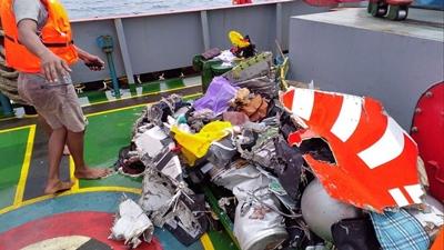 Máy bay rơi ở Indonesia chở 20 quan chức chính phủ, mảnh vỡ vương vãi trên biển