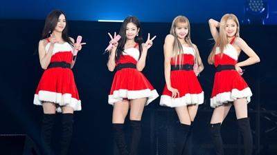 Scandal chưa 'nguội', fan lại bất bình vì Jennie mặc đồng phục nhóm vẫn được thiết kế đặc biệt hơn