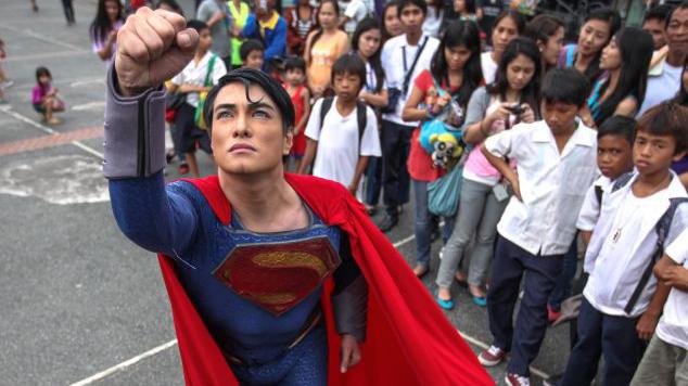 Bất chấp đau đớn, người đàn ông thực hiện hơn 30 ca phẫu thuật suốt 2 thập kỷ để giống Superman