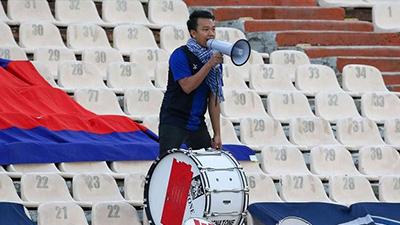 Đội nhà thua tan tác 14 bàn, cổ động viên Campuchia vẫn hò reo cổ vũ dù chỉ có một mình trên khán đài