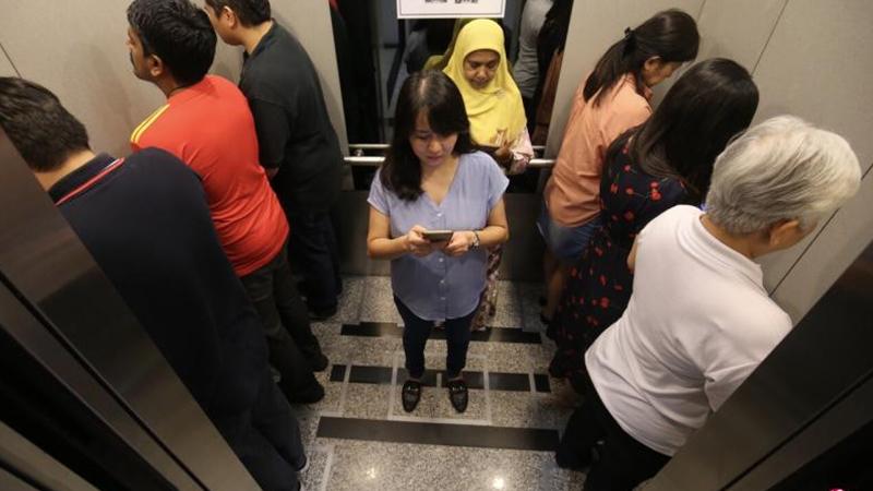 Phòng tránh Covid-19, tòa nhà ở Singapore bắt khách úp mặt vào tường khi đi thang máy