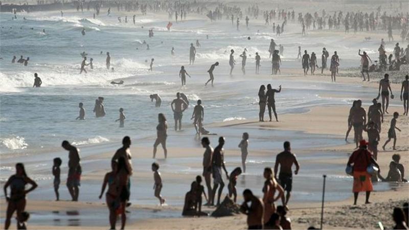 Mặc cho số nhiễm Covid-19 lên đến hơn 1 triệu, người dân Brazil vẫn đổ xô tắm biển