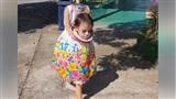 Bé gái Philippines nổi tiếng khắp thế giới vì màn cầm đầu đi xin kẹo Halloween