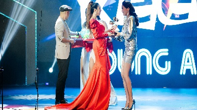 Lý Nhã Kỳ lộng lẫy xuất hiện tại KYA 2018, trao giải cho Bích Phương