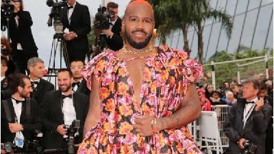 Sợ không ai chú ý, sao nam tóc húi cua nhuộm màu cam mặc hẳn váy hoa lên thảm đỏ Cannes