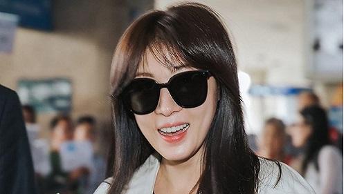 Ha Ji Won xuất hiện tại sân bay Tân Sơn Nhất, thân thiện giữa vòng vây fan hâm mộ