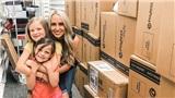 Nhờ tình thương của con gái, bà mẹ mua hết cửa hàng giày với 1.500 đôi tặng trẻ em khó khăn