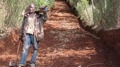 Thấy dân làng gặp khó khăn khi đi lại, người nông dân tự tay cuốc đất thành một con đường qua núi
