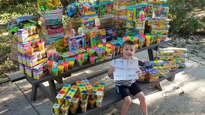 Thoát khỏi căn bệnh ung thư, cậu bé 5 tuổi quyên góp hàng ngàn món đồ chơi cho các bạn nhỏ ở bệnh viện