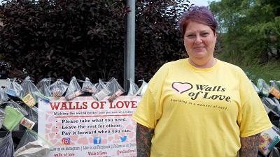 Từng sống cảnh vô gia cư, người phụ nữ tạo ra 100 'bức tường yêu thương' trao tặng những vật ý nghĩa cho người nghèo