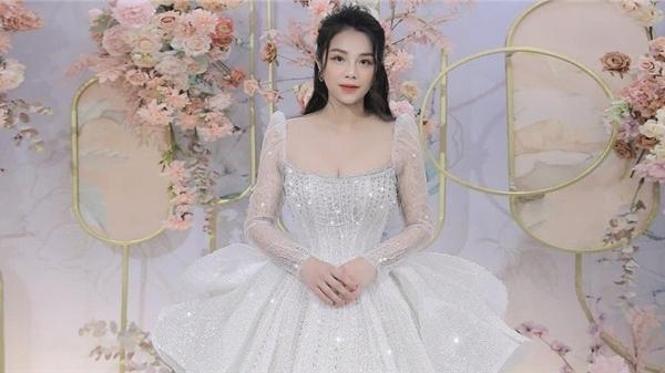 Sau tiệc cưới ở nhà trai, bà xã Bùi Tiến Dũng đấu giá chiếc váy cưới đắt đỏ để làm từ thiện
