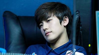 Ảnh cũ giải vô địch Liên Minh Huyền Thoại bị lục lại, game thủ Hàn Quốc bất ngờ nổi tiếng vì vẻ ngoài 'lịm tim'