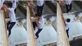 Chán cầu thang, nhóm nam sinh đu dây từ tầng lẫu xuống đất: Vui nhưng nguy hiểm