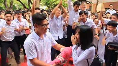 Tranh thủ ngay còn kịp: Nam sinh lớp 12 tỏ tình với crush giữa sân trường ngày bế giảng