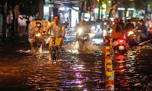 Sài Gòn: Mưa đêm kéo dài, đường về nhà của người thành thị tầm tã, lạnh run vai