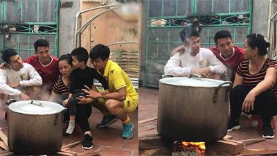 Bộ ba trung vệ ĐT Việt Nam ngồi quây quần bên bếp lửa nhưng chi tiết này mới là điều dân mạng chú ý